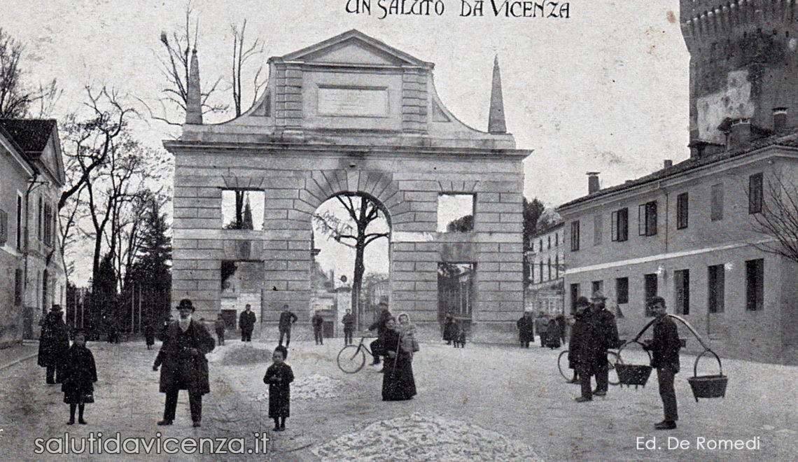 Arco del Revese o di Campo Marzio in una cartolina d'epoca